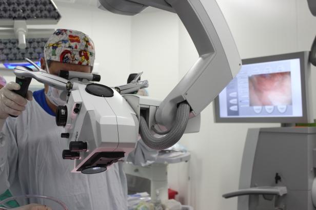 Dr-Dieb-Maloof-Cusse-operando-con-Tecnologia-de-punta-en-La-Misericordia-Clinica-Internacional